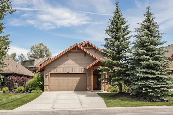 Gorgeous 3-story home, sleeps 16, private hot tub