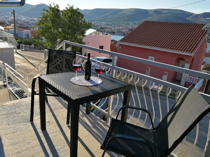 Charming suite, 600m. from center Trogir
