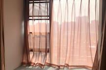 岸上玫瑰花园南区阳光次卧朝南飘窗大床房