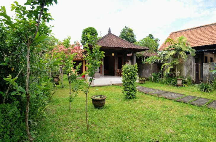 1 BR House with private garden, aicon and wifi