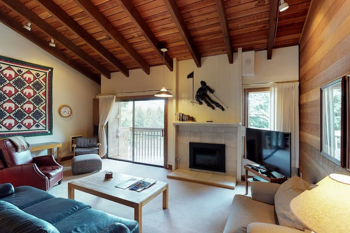 Rustic home w/ shared pool & hot tub - ski-in / ski-out to Dollar Mountain
