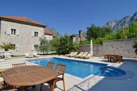 Villa Nikčević-Nice Twin Room with Pool View