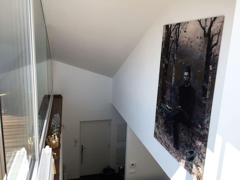 Pohľad z 1 poschodia na vstupný vchod