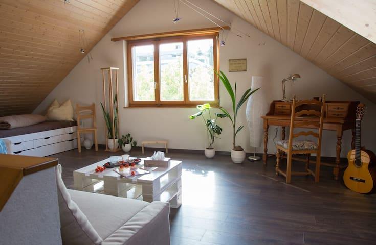 Grosses helles Dachzimmer (1-2P) inkl. Frühstück