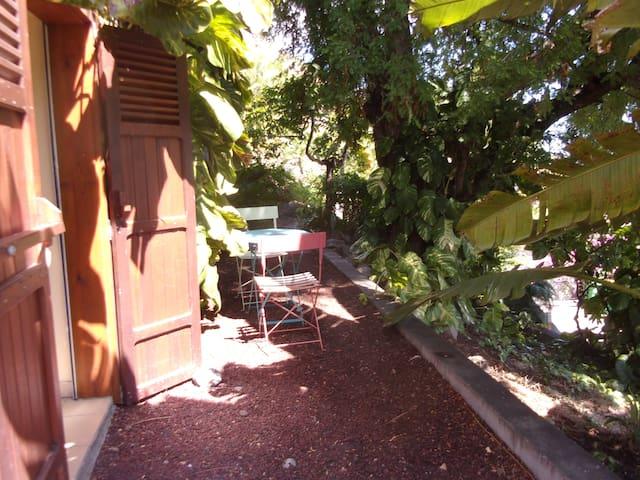 studio indépendant donnant sur le jardin - La Possession - Rumah