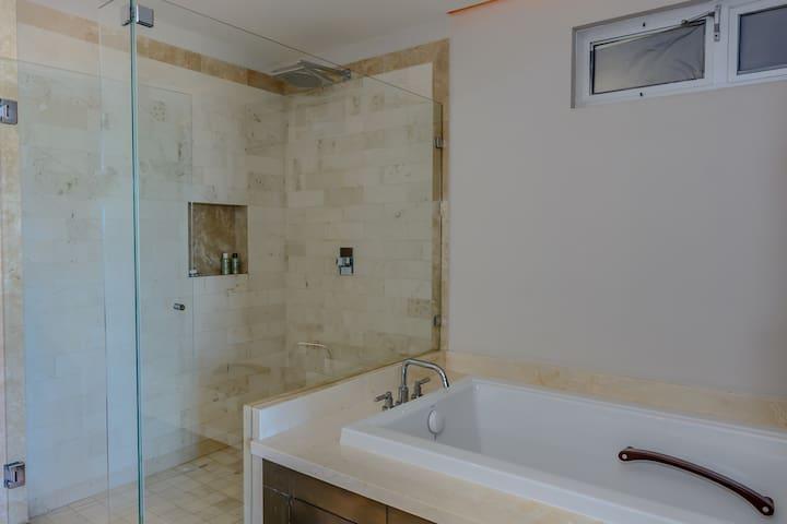 Main bedrooms bathroom