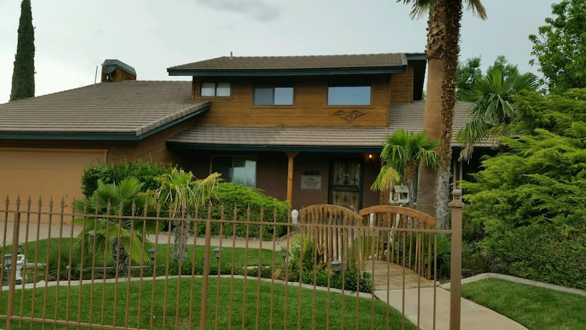 Large beautiful St. George Home 5 bedrooms 4 bath