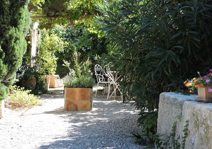 Charming studio in the historic centre - Villeneuve-lès-Avignon - Huoneisto