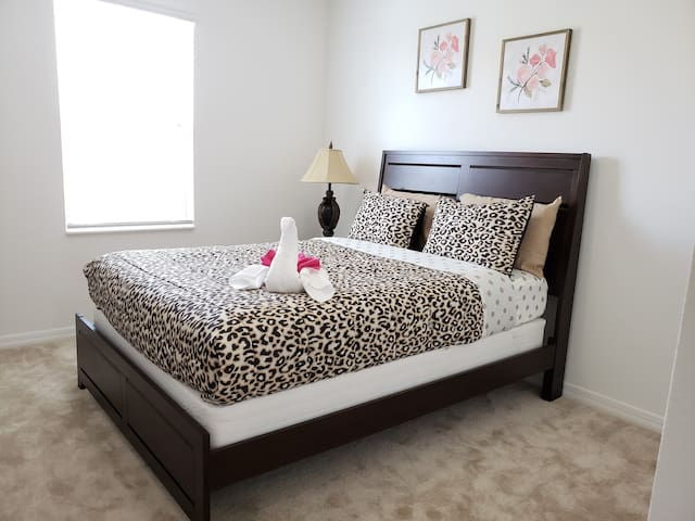 Bedroom 7(Queen)