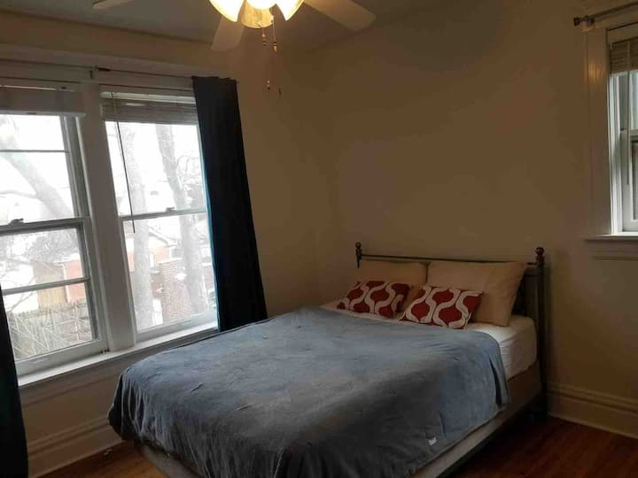 Double room in gorgeous house walk to WASHU