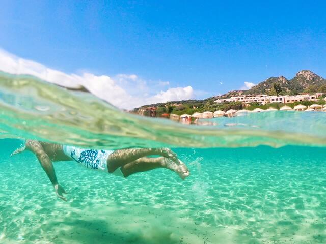 Nuotare nell'azzurro del mare di Costa Rei, una piscina naturale!
