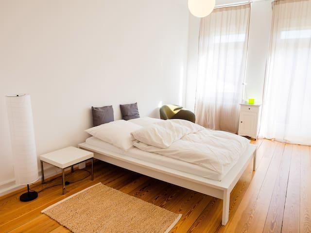 Citynahes, helles Zimmer (Altbau), 19qm mit Balkon - Freiburg im Breisgau - Lägenhet