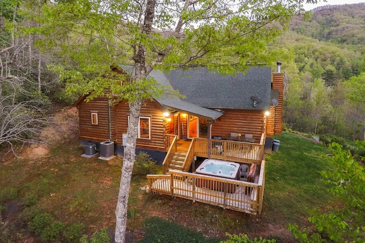 Cabin w/ mountain views, fireplace, hot tub - close to town!