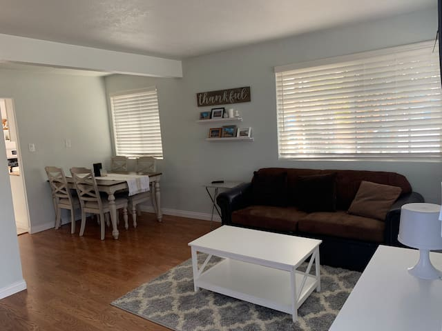 Cozy and 10 mins away from downtown and beaches
