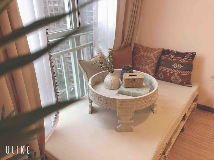 陌语首家《索维拉花园》120寸超大投影仪,温馨舒服可做饭的万达公寓