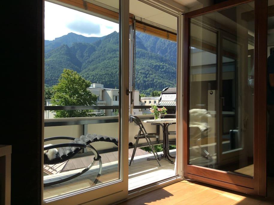 Balkon mit Bergpanorama.