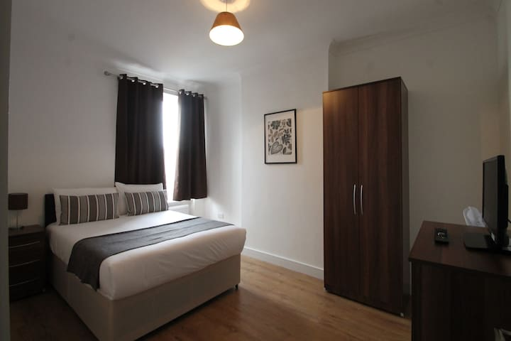 Clean and Spacious double room close to Centre