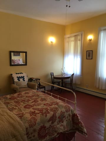 Large Room in Historic Inn - Hamden - Andre