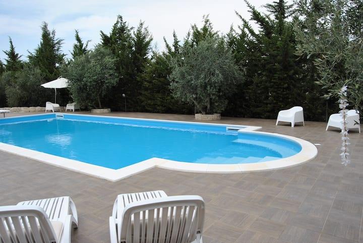 Camera in villa con piscina in Sicilia