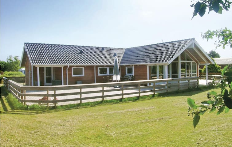 Holiday cottage with 4 bedrooms on 153 m² in Bogø By