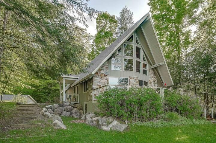 4br / 2 bath Cottage on 200 Acre Private Lake