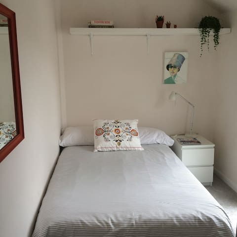 Small double room (4ft bed) in the Liberties - Dublin