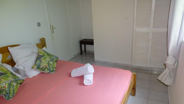Chambre climatisée - maison avec piscine #FR1AT3VY