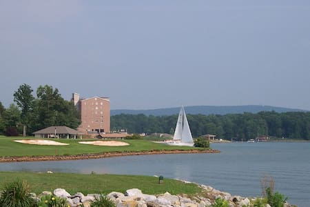 Beautiful Resort Vacation on Water That Sleeps 8! - Huddleston