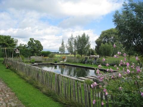 Hus på markerne med swimmingpool og petanq.