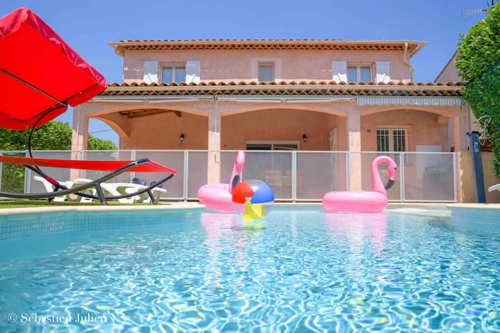 Luxurious villa with pool 5 minutes from beach