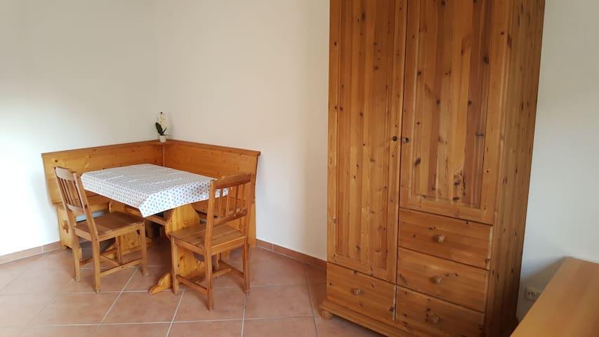 Sitzecke  in der Küche und ein großer Kleiderschrank