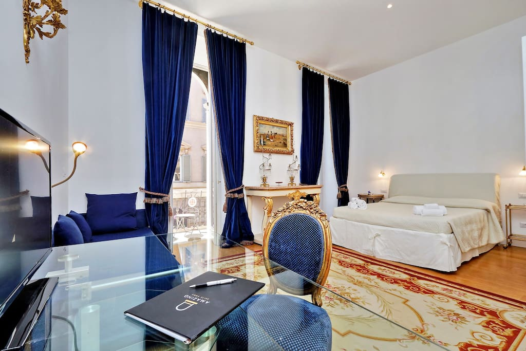 Bedroom with prestigious  and antique forniture