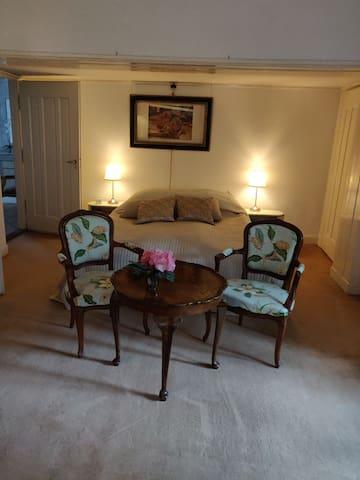Luxe en zeer royale slaapkamer op 1e etage