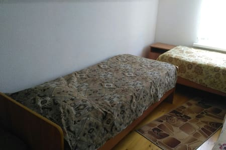 Трехместная комната для жизни в дачном стиле