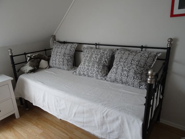 Bedroom near the airport - Bergen - Townhouse