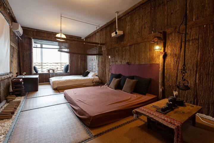 房间里配置的一张1.5*2m的榻榻米。沙发也可以住人哦,需要额外加30布草费,非常软