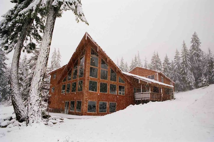 Snoqualmie Pass Lodge, near Lake Kachess
