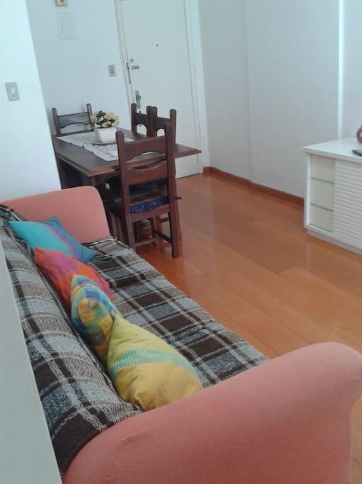 sala de estar com sofá para 4 pessoas e mesa de jantar