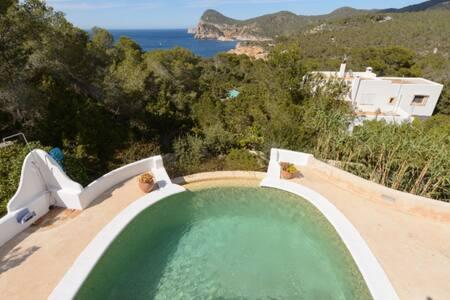 Villa con encanto rodeada de pinos frente al mar