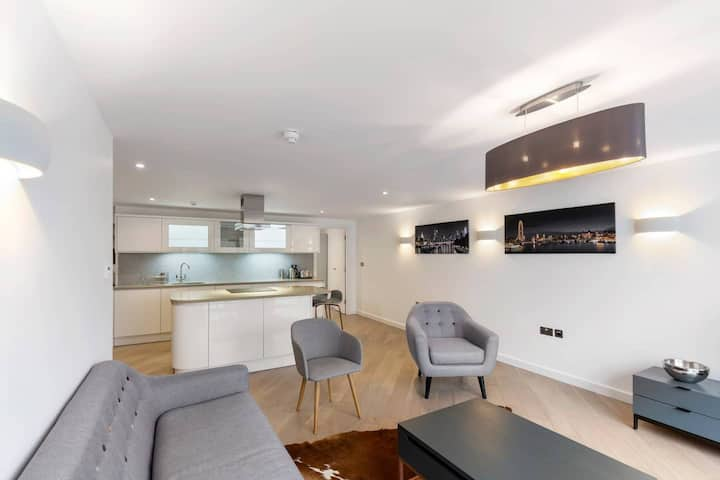 Stunning 1 Bedroom Apartment in Private Mews
