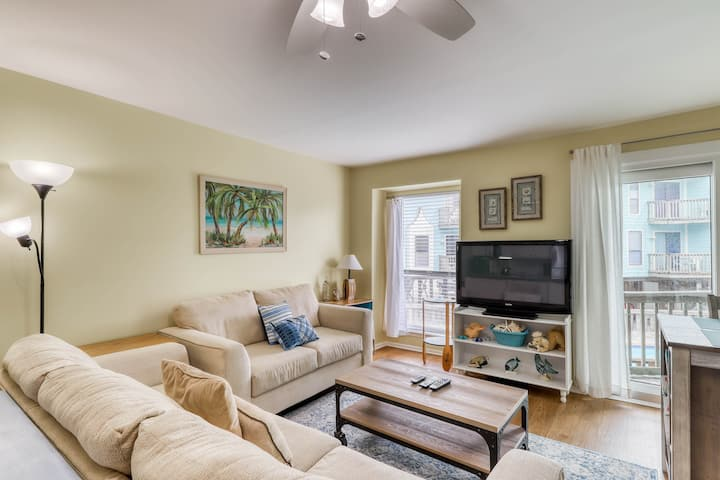 Family-friendly condo overlooking the shared pool - beach access across street