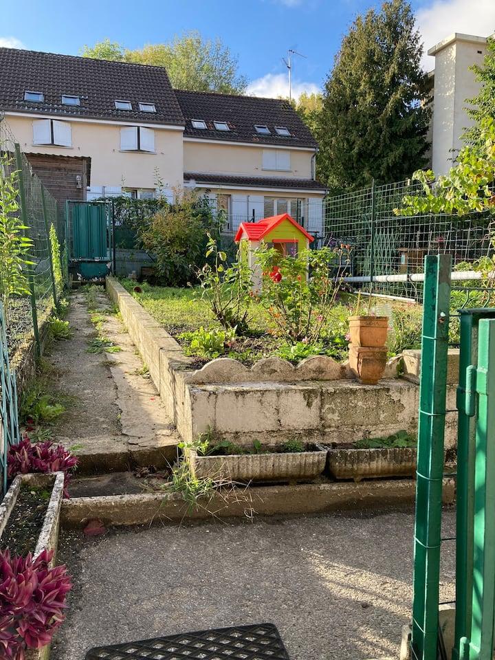 Petite maison paisible avec jardinet proche gare
