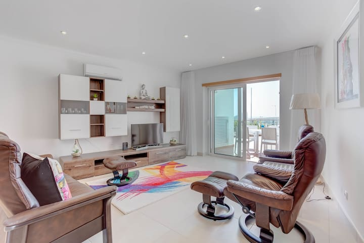 Carvoeiro center, cliff top location with pool!