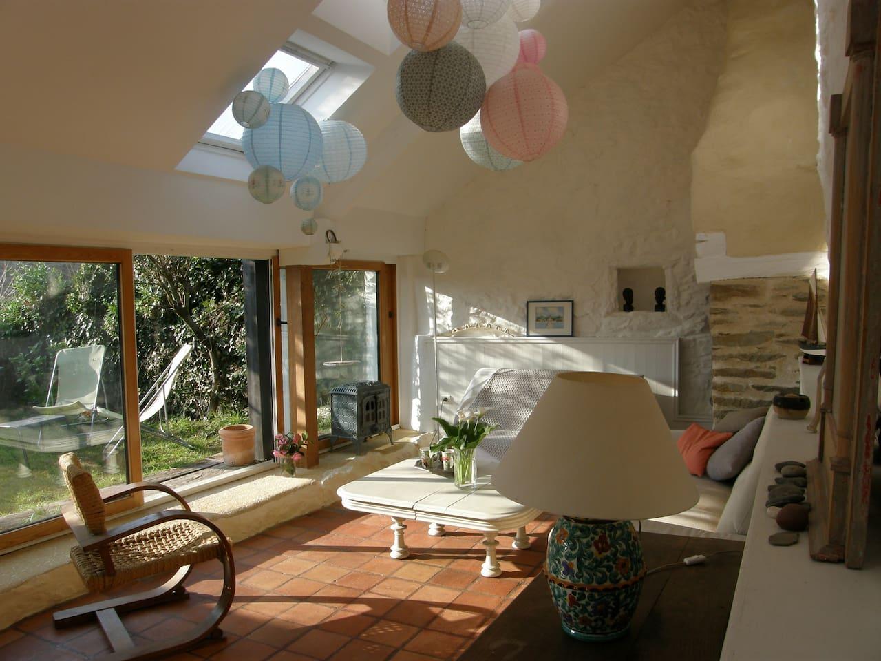 partie salon, plein ouest,  donnant sur un petit jardin privatif entouré de mur