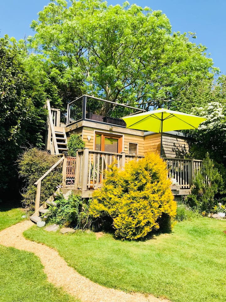 Our cozy cabin with your private treetops sun deck. Complete privacy guaranteed.