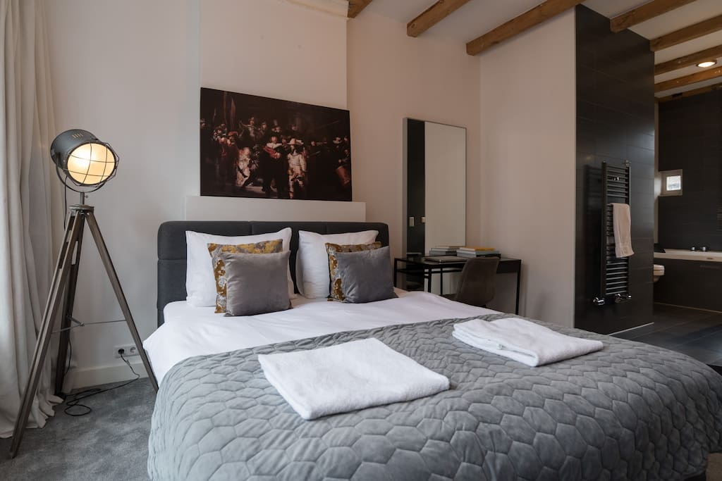 Private luxury studio with jacuzzi leidseplein bed for Studio omgeving amsterdam
