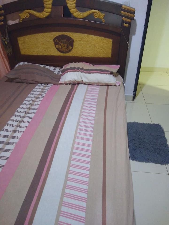 Habitación cómoda con áreas comunes adaptables