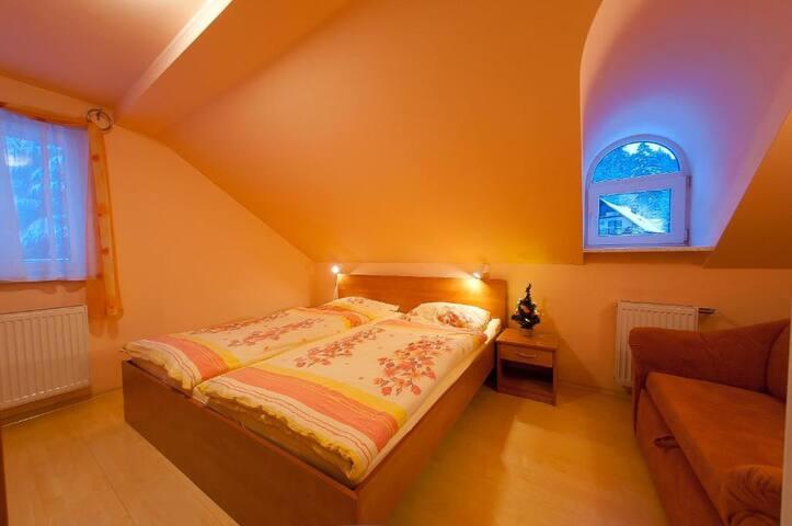 Wygodna klimatyczna sypialnia z podwójnym łóżkiem