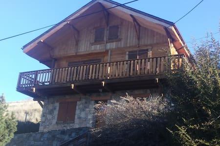 Grand chalet, belle vue, proche des pistes de ski - Estavar