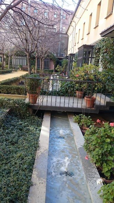 Fuentes del patio ajardinado